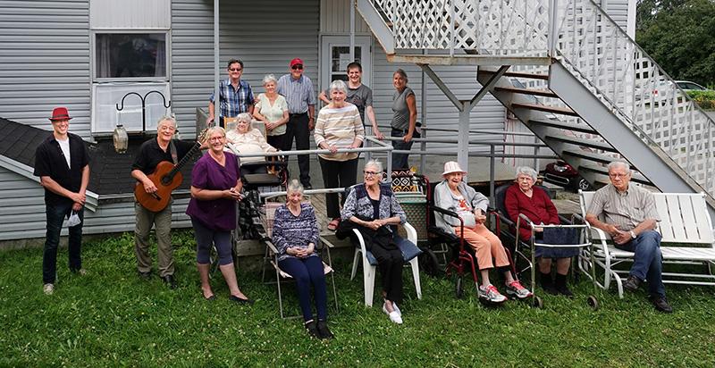 groupe d'artistes et de personnes âgées