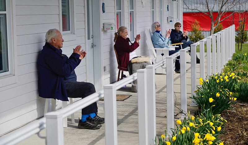 Personnes sur un balcon - distanciation