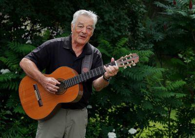 Homme qui chante et joue de la guitare